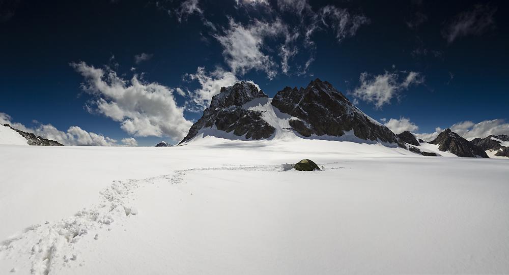 alpy biwak w namiocie na lodowcu