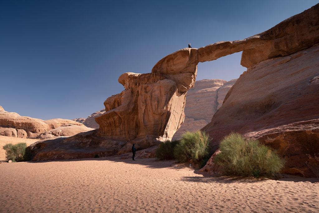 Wadi rum pustynia desert jordan jordania góry krajobraz pustynny rock bridge um frouth