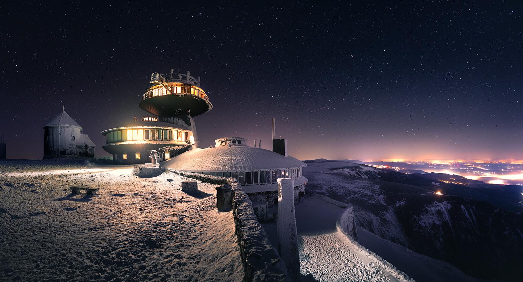 Śnieżka nocą