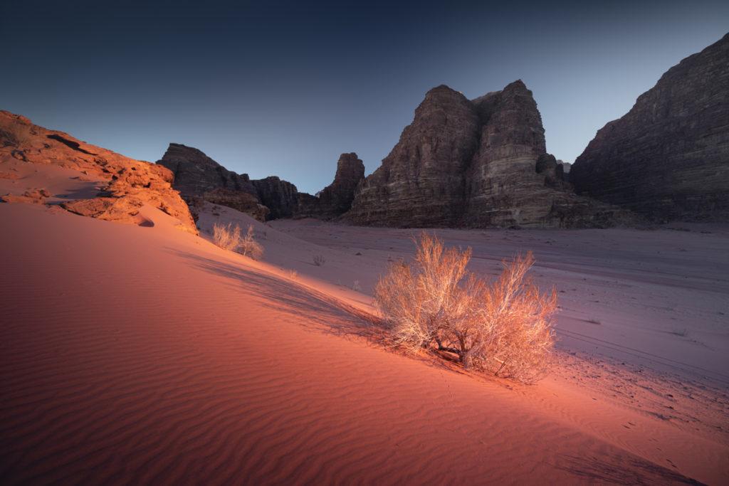 Wadi Rum pustynia zachód słońca jordania