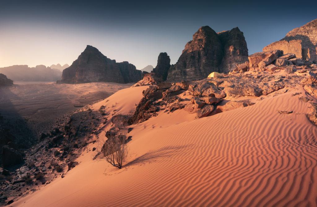 Wadi Rum pustynia wschód słońca jordania