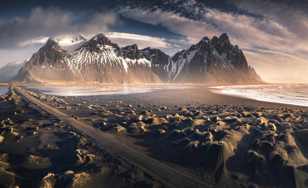 Islandia góry i morze o wschodzie słońca