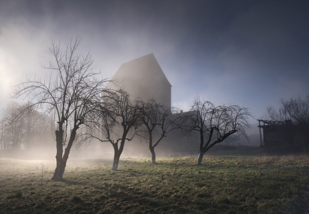 Obrazek zawiera budynek we mgle